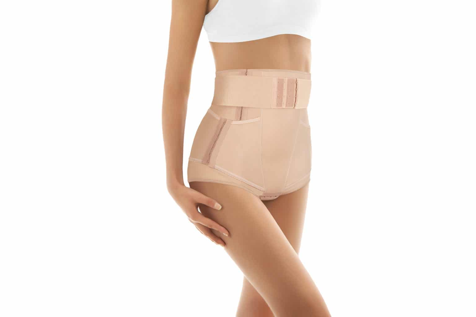 Bandagerad kvinna efter fettsugning