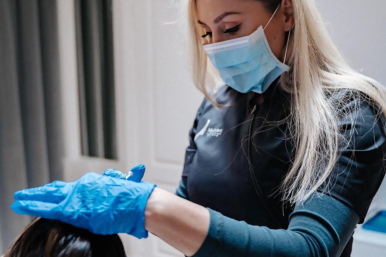 Injektionsbehandlare utför behandling med fillers